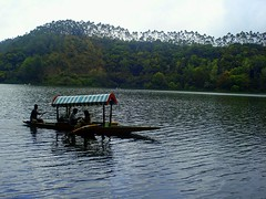 Pleasure Boating in Kundala lake, Munnar (ArunaR) Tags: lake fun tour sony couples kerala boating pleasure munnar arunar kundala kundalalake kashmirishikara