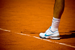 39.Zoom on Roger Federer @ Roland Garros 2009 (Doudou) Tags: portrait paris france men court shoes dof close zoom atp sunny tommy nike line tennis roland terre players roger simple haas philippe rf federer garros professionnelle battue messieurs internationaux chatrier