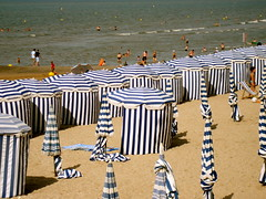 Il fait chaud, allons  la plage ! (Michele*mp) Tags: sea summer mer france beach beautiful geotagged seaside europe stripes stripe august normandie t normandy plage soe paysdauge calvados aot parasols cabourg rayures blueribbonwinner mywinners ctefleurie anawesomeshot explorewinnersoftheworld thebestofmimamorsgroups michelemp geo:lat=49294742 geo:lon=0116846