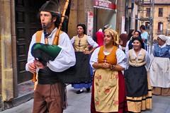 P8300004-gaitero (pelz) Tags: espaa geotagged costume spain europa traditional gaitero culture asturias oviedo bagpipe gaita asturies musicaendirecto geo:lon=5844519 geo:lat=43361844 tyipcal