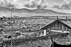 panorama on Lijiang roofs | Yunnan (China) (andrea erdna barletta) Tags: china old roof blackandwhite landscape asia asien noiretblanc paisagem unescoworldheritagesite unesco asie yunnan paysage toit landschaft telhado lijiang oldcity chino xina cubierta  blancetnoir    lijiangoldtown chiny  patrimoniodelahumanidad in  chineseportrait ph154 sigma70200mmf28ex  erdna na andreabarletta   canon5dmarkii  andreaerdnabarletta infoerdnait  ljinggchng wwerdnait  lijiangroof  imagenpanormica