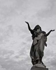Verano (Kiokomonamour) Tags: bw silhouette verano statua cimitero