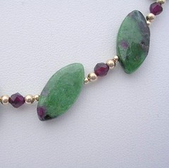 Anyolitein a necklace with garnet and gold