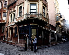 (nilgun erzik) Tags: türkiye istanbul alaindebotton fenerbalat fotografkıraathanesi fotografca biyerlerde eylul2009 sehirdezaman