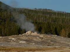 Old Faithful - between the shows (Seattle.roamer) Tags: oldfaithful wyoming hotsprings yellowstonepark