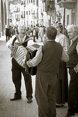 Folklore (wllmh) Tags: street people monochrome folklore straat streetmusicians bubbio pentaxk200d tamromspafasphericalxrdildif2875mmf28macro
