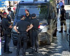 Policía de Barcelona (Keith.CA) Tags: barcelona men spain nikon police tourists vehicles pedestrians guns vans uniforms policia weapons hombres streetcandid 1685mm d3100 shotthroughthewindowsofatourbus