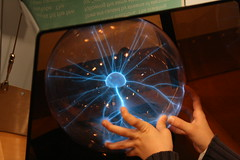 2008_COSI_054 (emzepe) Tags: blue columbus ohio usa industry museum spectacular us hand center science sphere american childrens lightning amerika blitz 2008 cosi érdekes február amerikai tél kék múzeum bemutató üveg gömb villám elektromos szikra tudományos játszóház eszköz kisülés látványos elektromosság üveggömb gyermekmúzeum villámok elektrosztatika