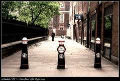 No Cycling (~ Wamba ~ 空手道 - [Lost & Busy]) Tags: street man london cycling alley uomo vicolo londra citi divieto biciclette nocycling piolo londra09