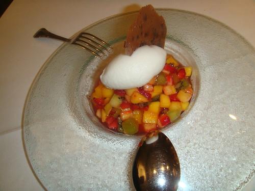 Minestrone de frutas tropicales sobre coctel de almendra amarga y helado de lichis aromatizado con aceite de empeltre