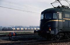 Twee locs serie 1000 te Heerjansdam, 1977. (appearances can be deceptive) Tags: electric kijfhoek heerjansdam goederentrein ns1000 kalktrein