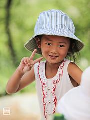 sunny big hat | Yunnan (China) (andrea erdna barletta) Tags: china summer portrait girl face hat children child bokeh prc yunnan dali ritratto cina vsign chino cinese rose