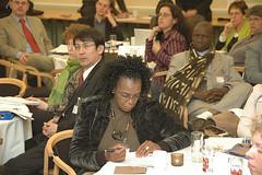 2009 全球暖化世界公民高峰會( WWViews on Global Warming, 2009 )各國主持人在哥本哈根進行工作坊會議討論一景;照片提供:林子倫老師。