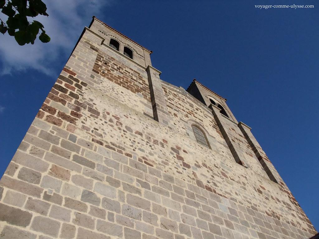 Fachada românica, com espessos blocos de pedra