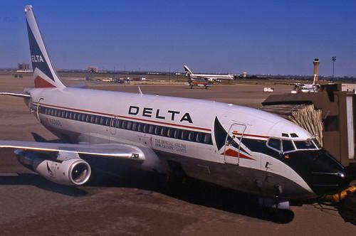 Delta Boeing 737-232 (N305DL)