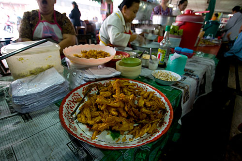 Khang pong, a local snack of battered and deep-fried papaya and/or sliced shallots, Mae Hong Son's morning market