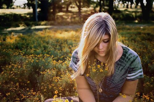 フリー画像| 人物写真| 女性ポートレイト| 白人女性| 花畑| 金髪/ブロンド|      フリー素材|
