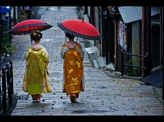 In the streets of Gion (Fabio Sabatini) Tags: japan canon blog kyoto 100mm maiko geiko geisha    gion f2 scg honshu