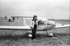 sue hazel PFA Rally Cranfield Befordshire 1983.06.03 (donliddard) Tags: fly flying aviation delta gliding glider hangglider cranfield hanggliding pfa footlaunch bhpa rogallo flexwing egtc bhga footlaunched britishhangglidingassociation susanhazell rogallohangglider