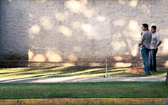 0077 (Gian Franco Costa Albertini) Tags: street two men leaves hojas calle sidewalk dos barren 2009 vereda hombres sweap