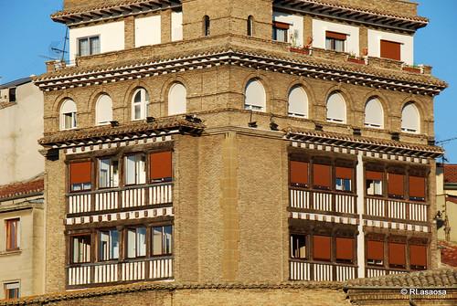 Vista de la fachada Hotel Eslava, situado en la Plaza de la Virgen de la O,  desde la Taconera.
