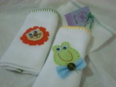 Fraldinhas... (By Alê) Tags: baby cores feltro patchwork bichos presente bordado capricho criatividade toalhinha customização apliques fraldas enxoval