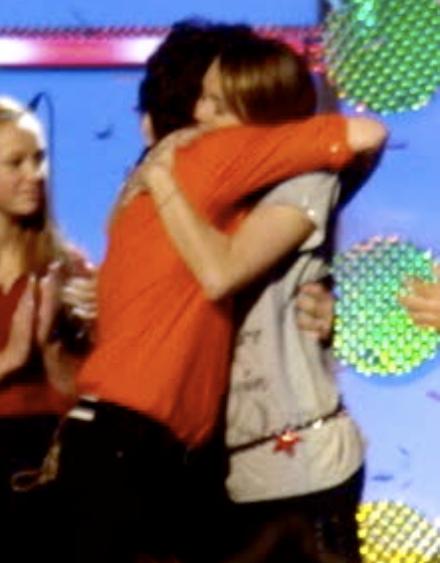 miley-cyrus-nick-jonas-hug