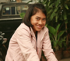 shy smile (the foreign photographer - ฝรั่งถ่) Tags: girl bicycle portraits thailand canal bangkok teenage bangkhen
