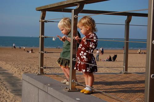 Twee meisjes aan het strand