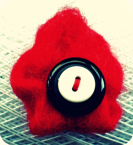 broche rojo