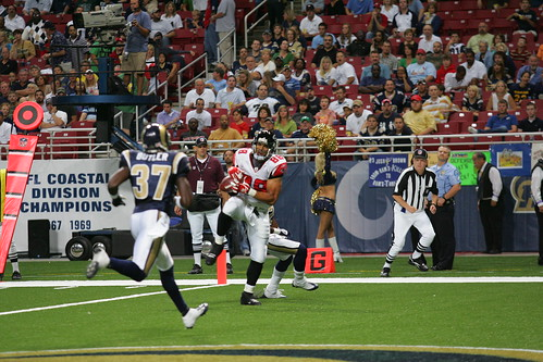 Tony Gonzalez hauls in a Ryan pass for a TD