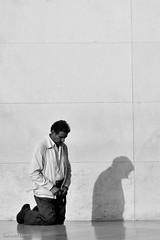 la sombra del penitente (- GD photography -) Tags: bw white black blancoynegro blanco portugal blackwhite negro ciudad sombra bn virgen peregrino fátima penitencia rezos