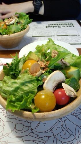 サラダもしゃきしゃきでうまい。個人的にはオリーブ食べ放題がう れしい…