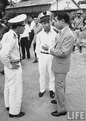 9-1963 Unident. Dean of the School of Sciences and Pedagogy (R) attempting to persuade the Security Police of the Diem government not to arrest or harm the student demonstrators. par VIETNAM History in Pictures (1962-1963)