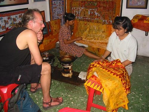 Geïnteresseerd luisteren in een batikfabriekje