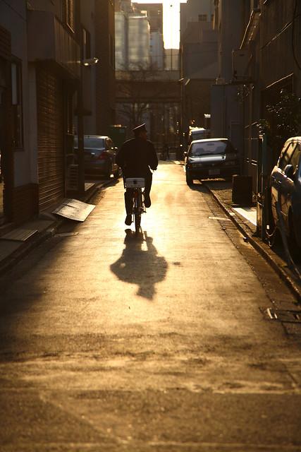 金色路地にのびる影