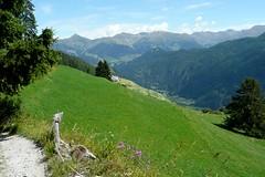 Das Dorf Tschlin ist in Sicht! (Alfesto) Tags: schweiz switzerland berge wandern wanderweg unterengadin bndnerland tschlin kantongraubnden