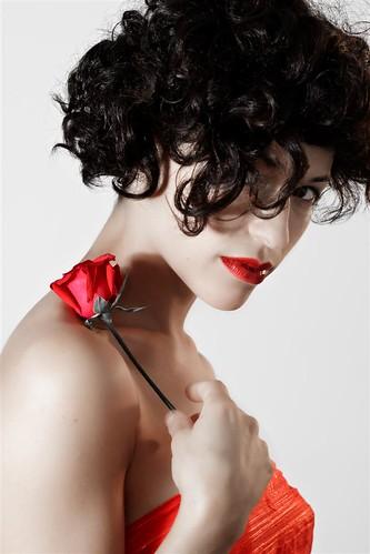 フリー画像| 人物写真| 女性ポートレイト| 白人女性| 一輪の花| 黒髪| ドレス|     フリー素材|