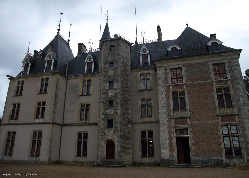 La façade gauche n'a plus le charme de l'ancien, que l'on peut voir sur la façade droite