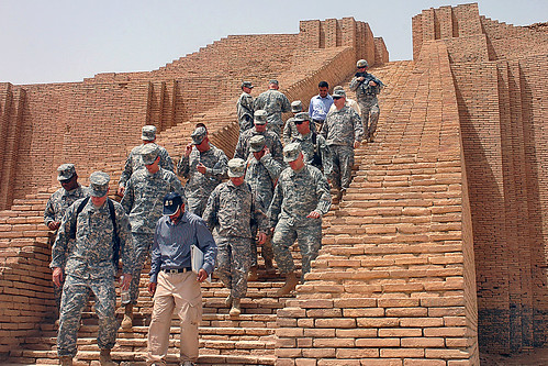 Soldiers tour Ziggurat of Ur par The U.S. Army