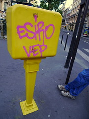 Esiro Mailbox (Gabri Le Cabri) Tags: street pink blue paris feet yellow mailbox grey shoes sidewalk 75007 c17 bluejeans vep paris7 esiro