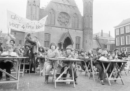 Leerlingen van lagere scholen volgen op demonstratieve wijze een les op het Binnenhof / Primary school pupils stage a learn-in outside the Dutch Parliament