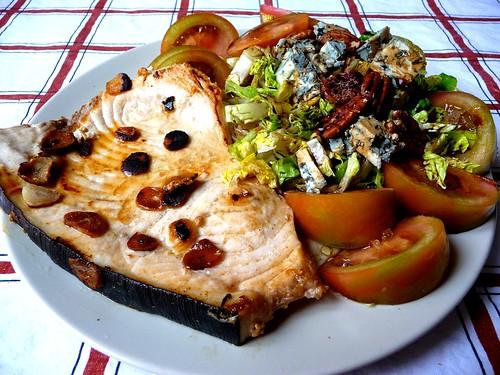 pez espada con ensalada maja