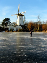 Skating Towards The City, January 11, 2009 (onno de wit) Tags: winter cold holland ice netherlands iceskating nederland windmills schaatsen koud molens windmolens rotte rottemeren muhle terbregge hollandsewinters