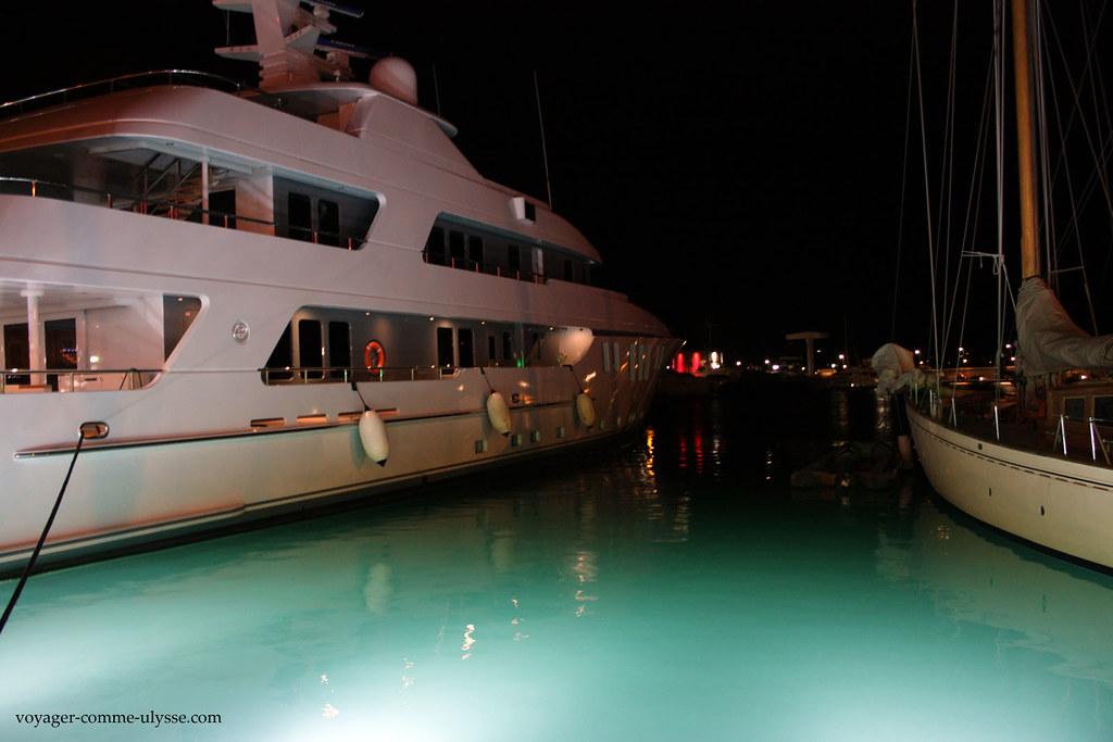 Si il ne faisait pas si froid, je nagerais bien entre les deux yachts