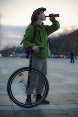 A wheel, a beer (Mp3PintyoPhoto) Tags: green beer bike bicycle wheel night hungary drink budapest criticalmass easy sr zld minimalmass hungariancyclechic mp3pintyo
