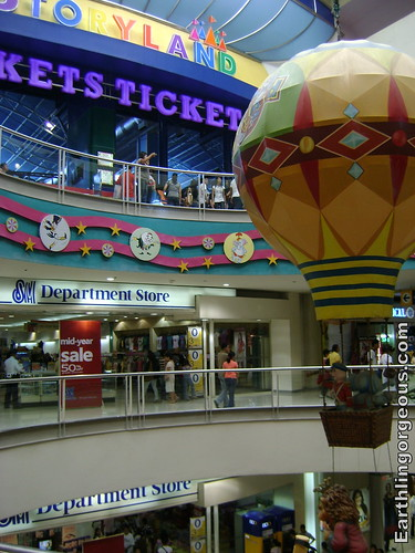 The fake hot-air balloon at the Center mall of SM Fairview is one of it's attractions.