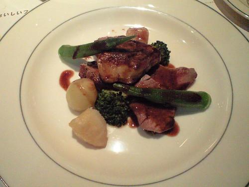 肉料理、牛ロースと鴨フォワグラ