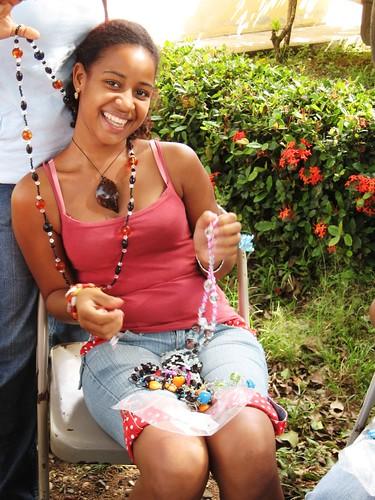 Joven artesana de Nisibón muestra sus productos