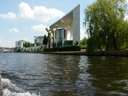 Schiffstour durch Berlin - Bundeskanzleramt von der Wasserseite aus
